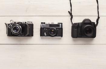 カメラを選ぶフォトグラファー