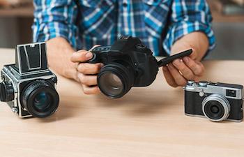 カメラを選ぶ男性