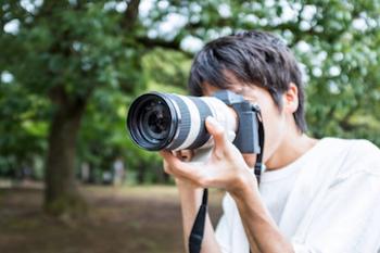 一眼レフを構える出張カメラマン