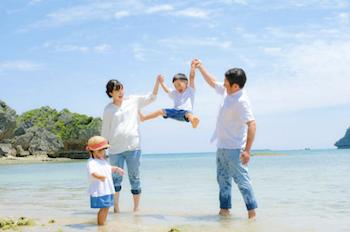 出張撮影イメージ:海辺で喜ぶ家族